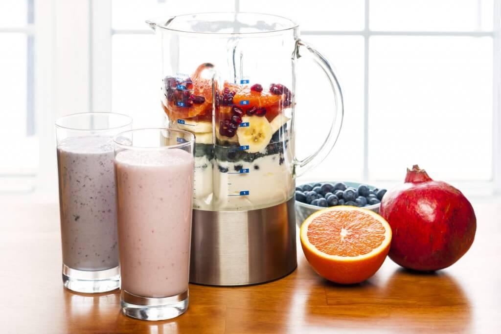 Los batidos a base de frutas y hortalizas crudas son un excelente paquete multivitamínico, que aportan gran cantidad de agua, lo cual nos ayuda a hidratarnos de un modo fácil y diferente.