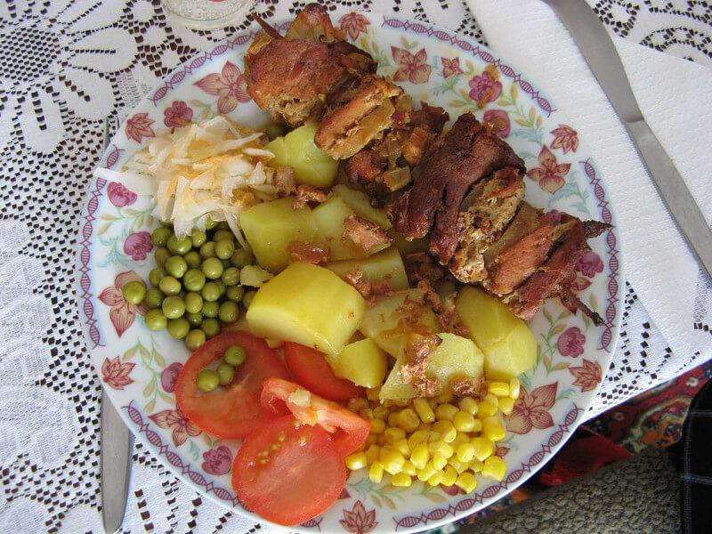 La alimentación del niño debe ser lo más nutritiva, saludable, rica y divertida posible. Debe incluir legumbres, frutas, verduras y hortalizas, pescado y carne, priorizando la carne blanca frente a la carne roja |Imagen: Koroner - Wikimedia
