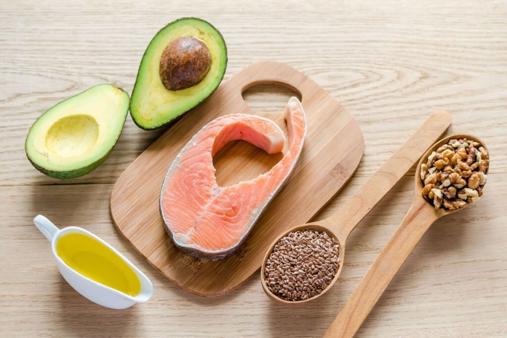El salmón, el aguacate, el aceite de oliva, las semillas y las nueces son alimentos ricos en ácidos grasos Omega-3. Estos alimentos pueden ser el secreto no solo para tener una buena salud cardíaca, sino también para cuidar el cabello y lucir una reluciente melena.