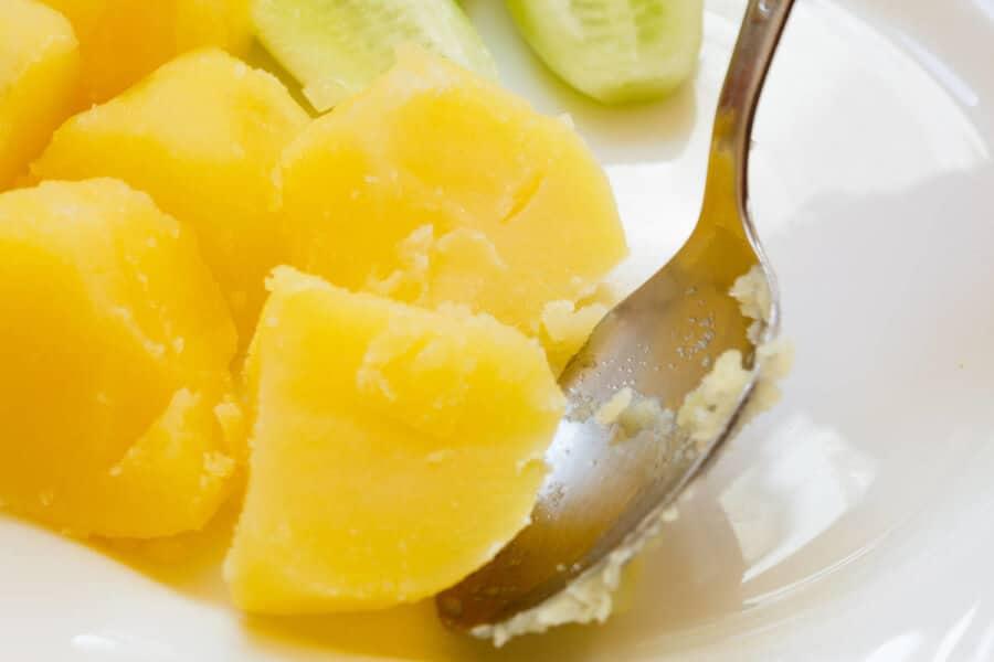 Las patatas cocidas en el microondas es como mejor preservan sus nutrientes. Sin embargo, cuando se fríen, las patatas pierden la mayor parte de las sustancias saludables debido a las altas temperaturas empleadas en su preparación.