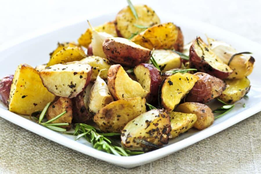 Para aprovechar al máximo sus beneficios, la patata debe cocerse o asarse con piel, especialmente si se trata de patatas nuevas, ya que en la piel se encuentran una cantidad importante de nutrientes.