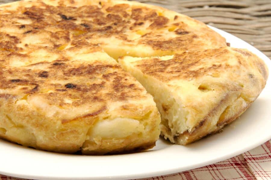 La tortilla de patatas es un plato tradicional español muy apreciado en todo el mundo.