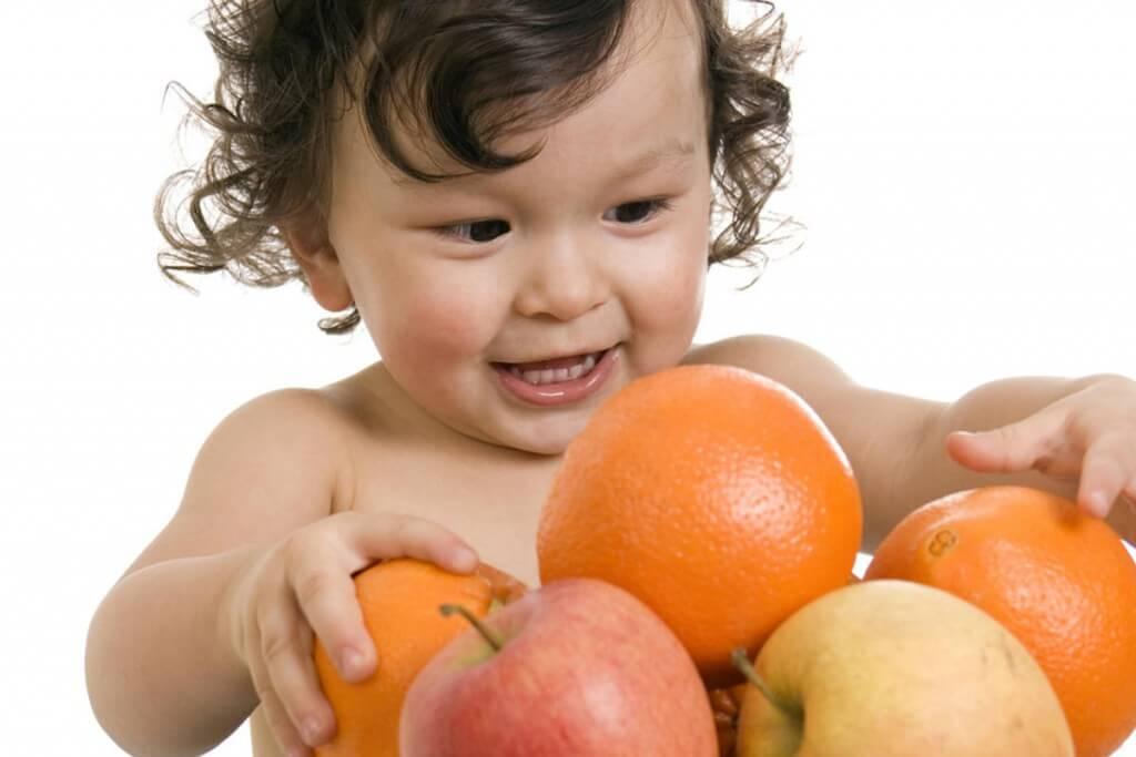 """Dejar que los niños """"jueguen"""" con la comida despertará su interés por conocer y experimentar sabores, texturas y sensaciones."""
