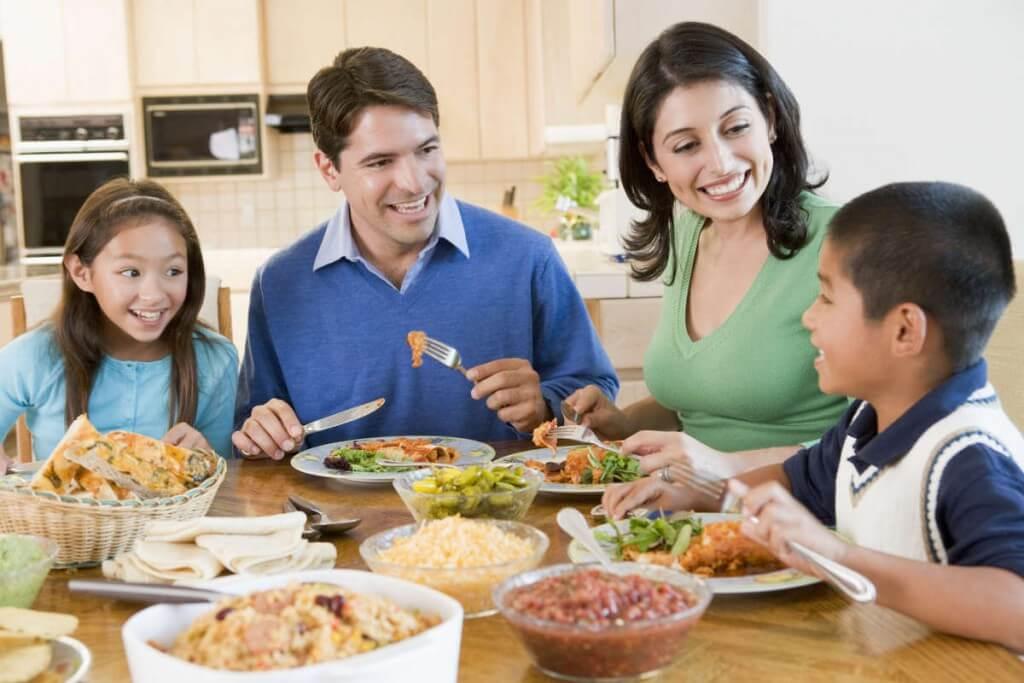 Es mucho más fácil introducir un alimento cuando los niños ven que sus padres los comen y los disfrutan.