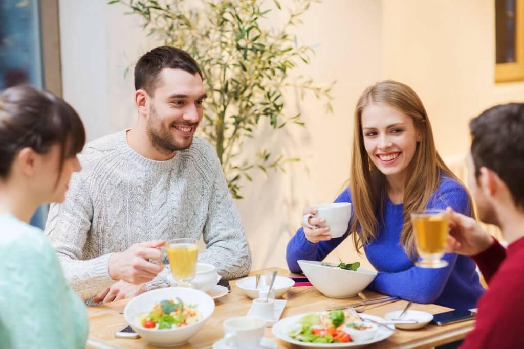 Comer en familia o, al menos, en buena compañía, comer en casa siempre que se pueda y tomarse el tiempo necesario durante las comidas son algunas de las recomendaciones sobre alimentación para mejorar los hábitos de alimentación.