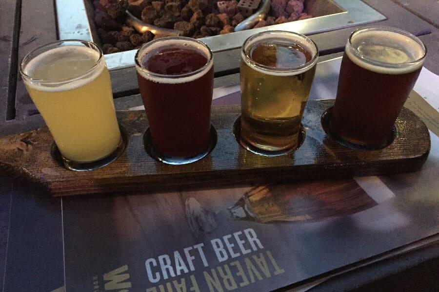 Muestra de cervezas artesanas en cervecería especializada