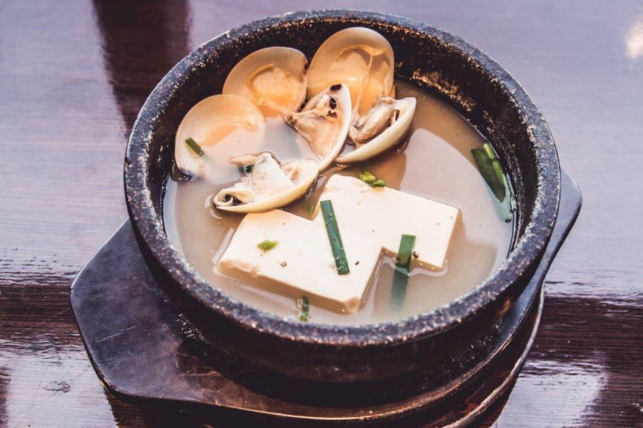 Sopa de miso con tofu y almejas