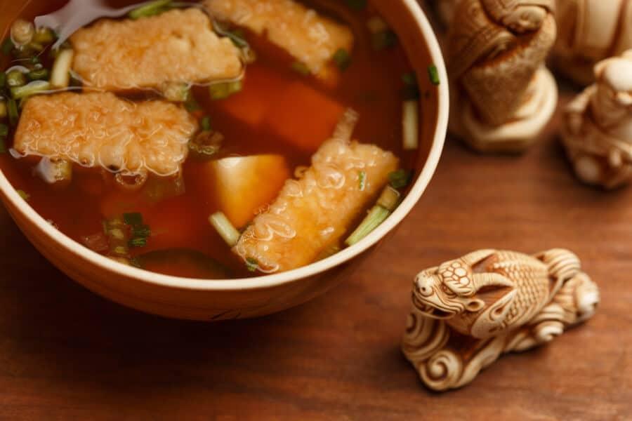 Sopa de miso con tofu frito