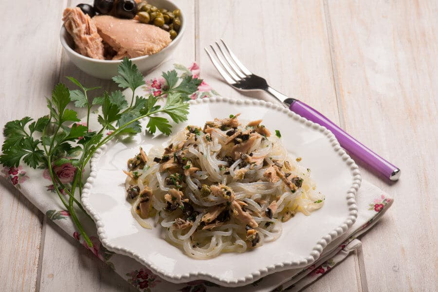 Receta de fideos shirataki de konjac con atún, aceitunas negras y alcaparra