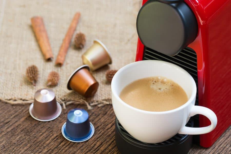 cafetera nespresso con cápsulas de cafe
