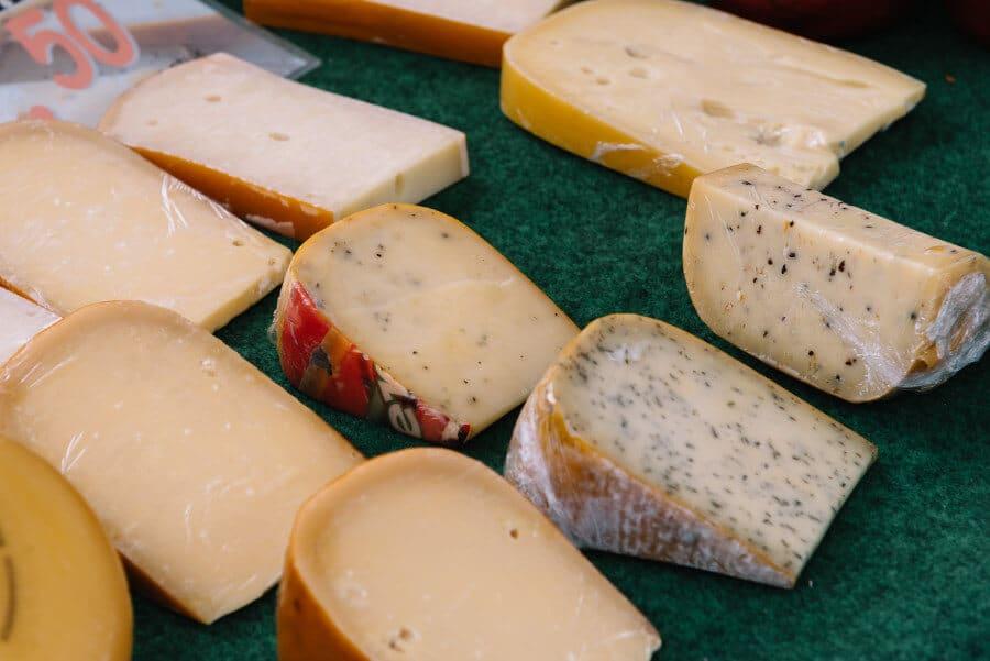 Diferentes variedades de queso gouda - Mercado de queso Gouda (Agosto 2016)