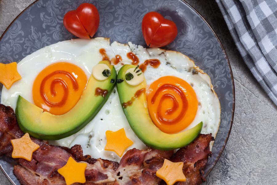 caracoles con huevos fritos y aguacate