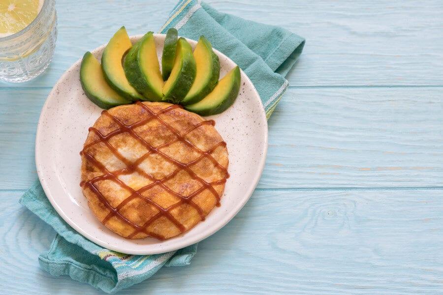 tortilla con aguacate en forma de piña