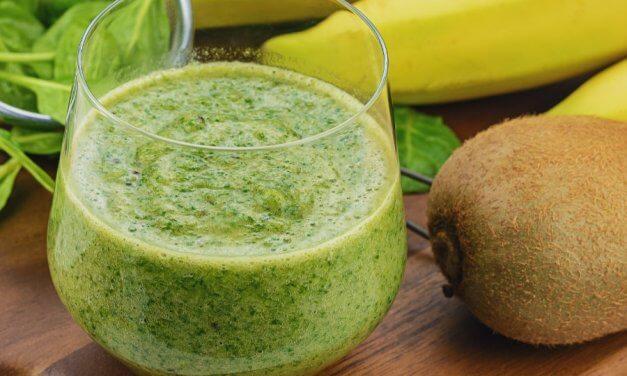 Smoothie de espinacas, plátano y kiwi [Receta fácil y rápida]