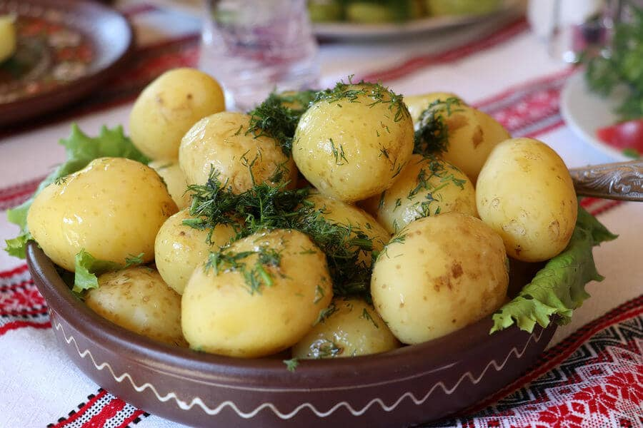 patatas cocidas con eneldo