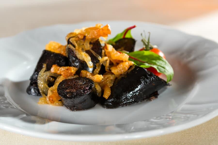 Salchicha malagueña con cebolla caramelizada crujiente