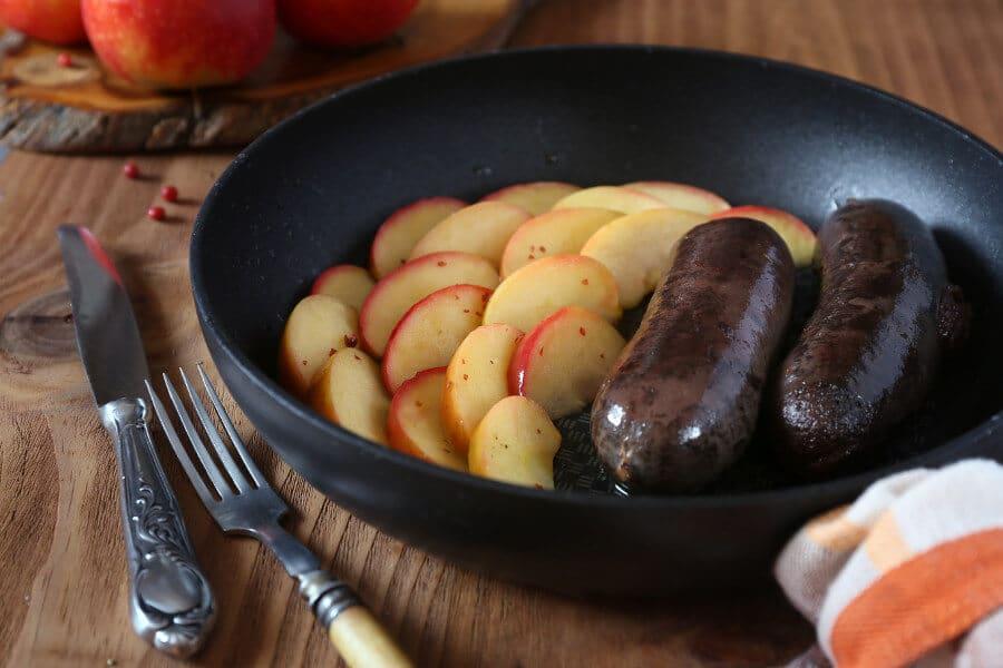 Salchicha malagueña con manzanas