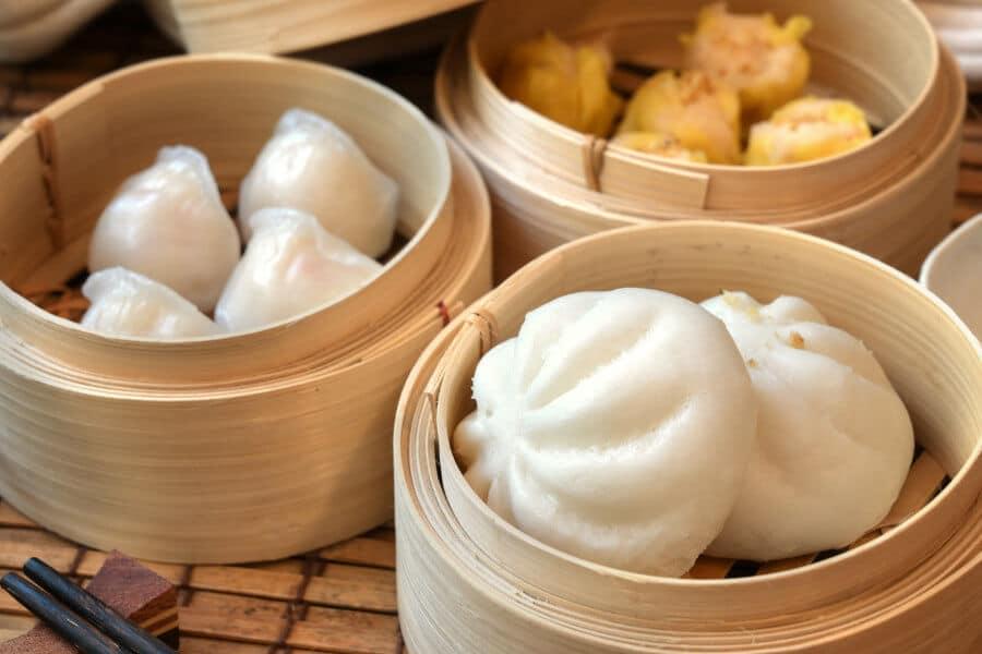comida asiatica al vapor en vaporera de bambú