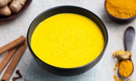 Leche dorada: bebida de cúrcuma con leche y canela [Receta vegana fácil y rápida]