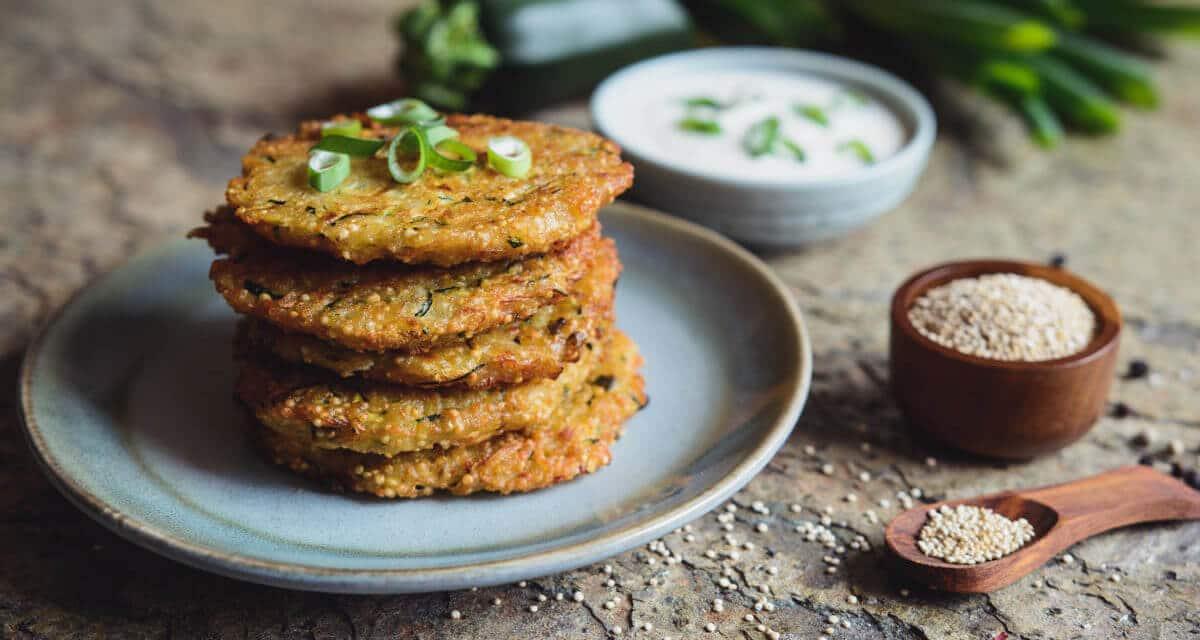 Tortitas Crujientes de Quinoa y Calabacín [Receta Fácil y Rápida]