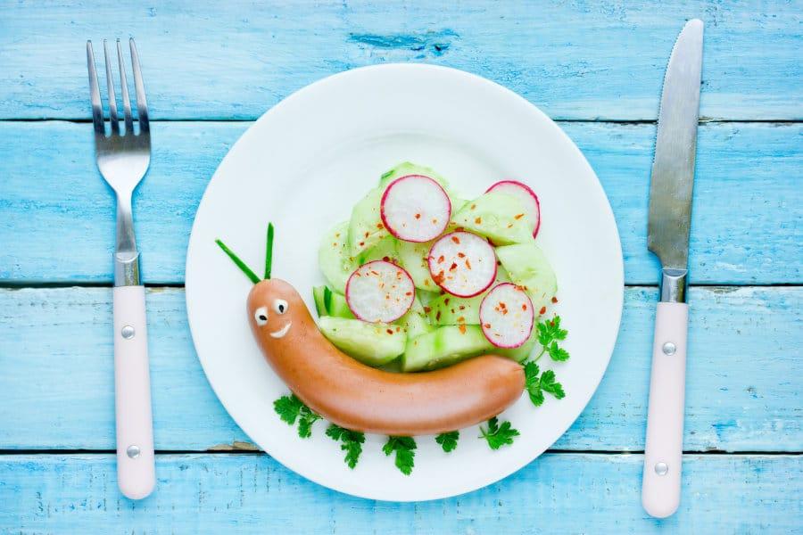 Plato saludable para niños: Caracol con salchicha y ensalada de pepino