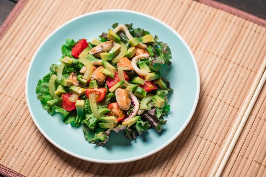Ensalada asiática de pulpo, mejillones, aguacate y tomate