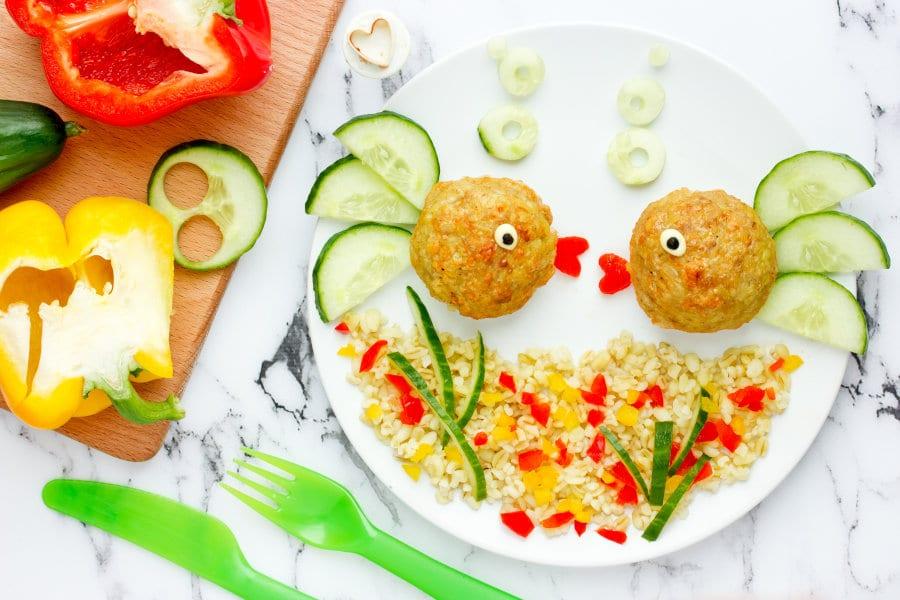 Platos saludables para niños: Pececitos de albóndigas con ensalada de arroz