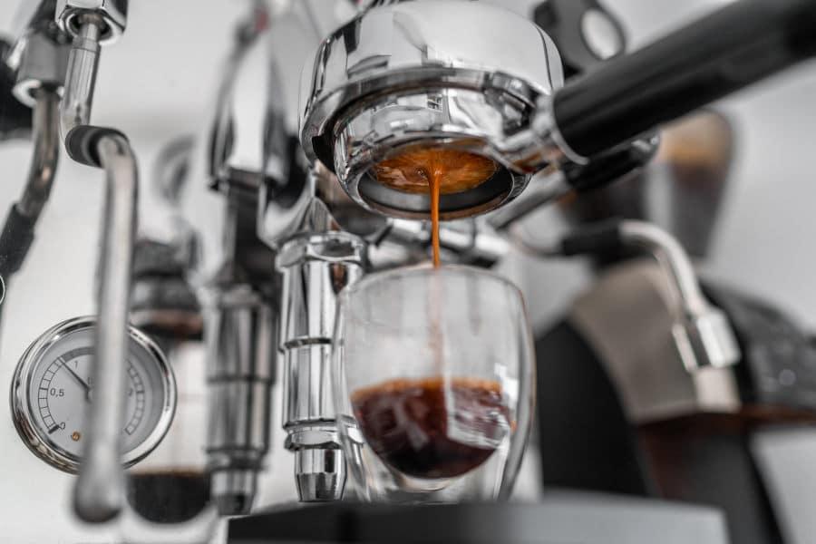 cafetera expresso haciendo café
