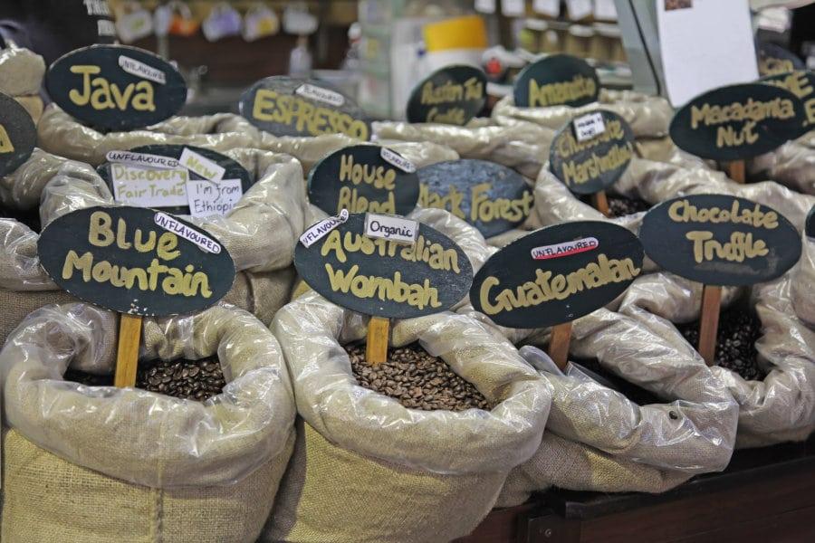mercado con diferentes variedades de café de especialidad a granel