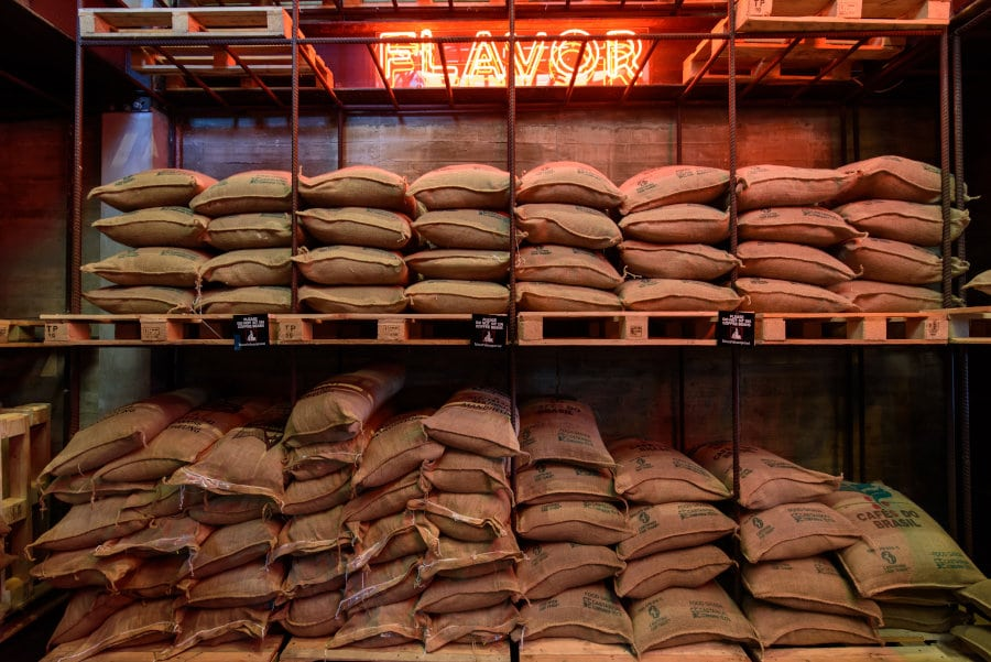 tienda con diferentes variedades de café de especialidad envasado en sacos