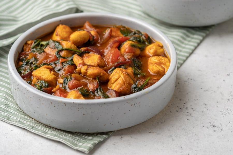 Curry de pollo, tomate y espinacas